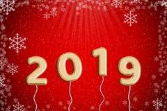 Guld- folieballong 2019 med röd julbakgrund Arkivbilder