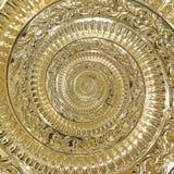 Guld- fractal för modell för bakgrund för metallabstrakt begreppspiral Dekorativ prydnadbeståndsdel Guld- metallisk dekorativ pry Royaltyfri Foto