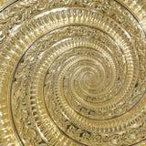 Guld- fractal för modell för bakgrund för metallabstrakt begreppspiral Dekorativ prydnadbeståndsdel Guld- metallisk dekorativ pry Fotografering för Bildbyråer