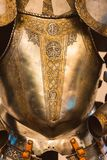 Guld- full plattaharnesk för tappning med prydnaden arkivfoto