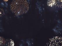 Guld- fyrverkerigräns i natthimmel arkivbild