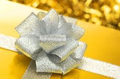 Guld- gåva med silverbandet. arkivbilder
