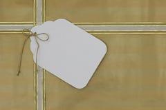 Guld- gåva slågen in packe med den stora tomma etiketten Fotografering för Bildbyråer
