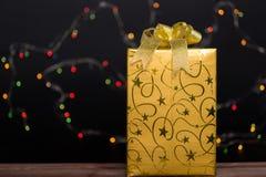 Guld- gåvaask med bowen royaltyfri foto
