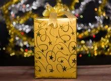Guld- gåvaask med bowen royaltyfria foton