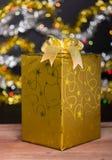 Guld- gåvaask med bowen arkivbild