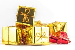 Guld- gåvaask och klocka på vit- eller grå färgbakgrund Royaltyfria Foton