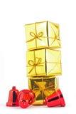 Guld- gåvaask och klocka på vit- eller grå färgbakgrund Arkivbilder