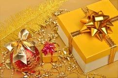 Guld- gåvaaskar, jul bauble, girland Fotografering för Bildbyråer
