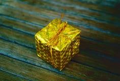 Guld- gåvacloseup för nytt år på den sjaskiga bakgrunden Arkivbilder