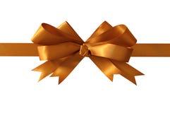 Guld- gåvapilbågeband som isoleras på den raka horisontalcloseupen för vit bakgrund Royaltyfri Bild