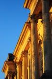 Guld- gammal byggnad mot blått Royaltyfri Fotografi