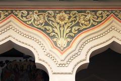 Guld- garnering på väggkyrka Arkivbilder