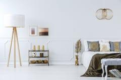 Guld- garneringar i lyxigt sovrum fotografering för bildbyråer