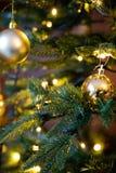 Guld- garneringjordklot på slut för julträd upp royaltyfria bilder