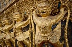 Guld- Garuda av Wat Phra Kaew på Bangkok, Thailand royaltyfri foto