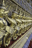 Guld- Garuda av Wat Phra Kaew på Bangkok Thailand royaltyfria bilder