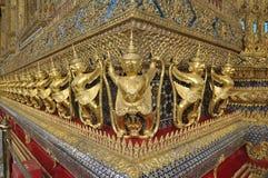 Guld- Garuda bär skulpturvinkel Royaltyfri Fotografi