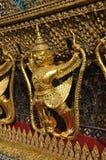Guld- Garuda enkel skulpturflank Royaltyfri Fotografi