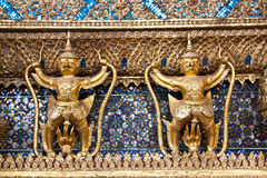 Guld- Garuda statyer på Wat Phra Kaew Royaltyfria Foton