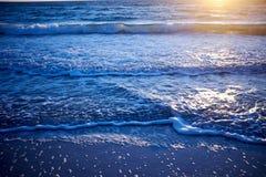 Guld- glöd av solnedgången över ett lugna hav royaltyfri fotografi