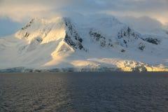 Guld- glaciär- och bergsolnedgång Royaltyfri Foto