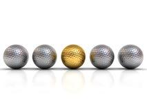 Guld- golfboll bland silvergolfbollar står ut från folkmassan Royaltyfri Foto