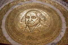 Guld- golvskyddsremsa med George Washington framsida arkivfoto