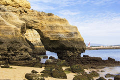 Guld- grottakust för landskap av Lagos i Algarven och Atlanticet Ocean Royaltyfri Fotografi