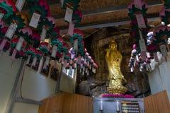 Guld- guanyinstaty i den Gujoel Pokpoam eremitboningen, den gamla buddistiska templet som byggs på stenklippan av det stora berge royaltyfria bilder