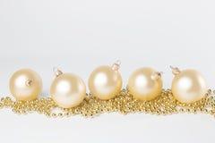 Guld- gula julbollar som isoleras Fotografering för Bildbyråer