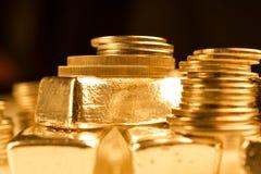 Guld- guldtackor och bunt av mynt Bakgrund för finansbankrörelsebegrepp Handel i ädelmetaller arkivfoton