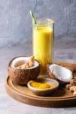 Guld- gurkmeja mjölkar med is latte arkivfoton