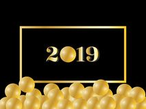 Guld- hälsa text för lyckligt nytt år 2019 med den skinande guld- pärlan/bollen royaltyfri illustrationer