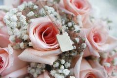 Guld- hänge på rosa rosor Royaltyfri Fotografi
