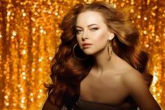 Guld- härlig modekvinna, modell med skinande sunt långt v Royaltyfri Foto