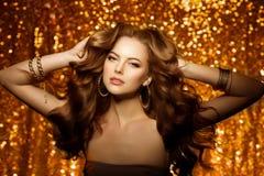 Guld- härlig modekvinna, modell med skinande sunt långt v Royaltyfria Bilder