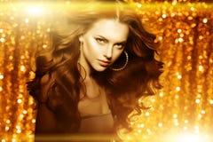 Guld- härlig modekvinna, modell med skinande sunt långt v Arkivbilder