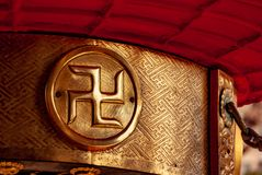 Guld- hakkors på den Asakusa relikskrin, Tokyo royaltyfria bilder