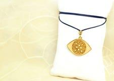 Guld- halsband för ont öga för byzantine royaltyfri foto