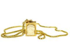 Guld- halsband med den Buddha amuletten Arkivbild