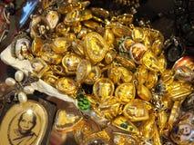 Guld- halsband med den thai buddha amuletten i guld- ram Royaltyfri Foto