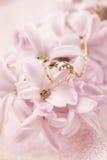 Guld- halsband med hjärta på hyacint arkivbild