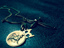 Guld- halsband och hängear Royaltyfri Bild