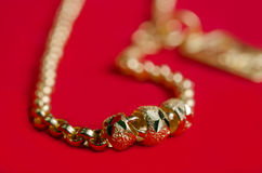 Guld- halsband 96 5 procent guld- kvalitet med den Italien designen på rött f Royaltyfri Foto