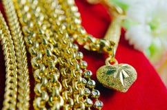 Guld- halsband 96 5 procent thailändsk guld- kvalitet med blommor och uniq Fotografering för Bildbyråer