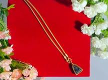 Guld- halsband 96 5 procent thailändsk guld- kvalitet med buddha och flowe Fotografering för Bildbyråer