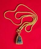 Guld- halsband 96 5 procent thailändsk guld- kvalitet med Buddha och guld Arkivfoton
