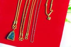 Guld- halsband 96 5 procent thailändsk guld- kvalitet med Buddha och guld Arkivfoto