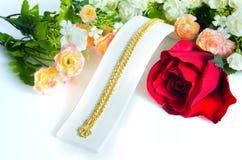Guld- halsband 96 5 procent thailändsk guld- kvalitet med den guld- kroken och ro Royaltyfria Bilder